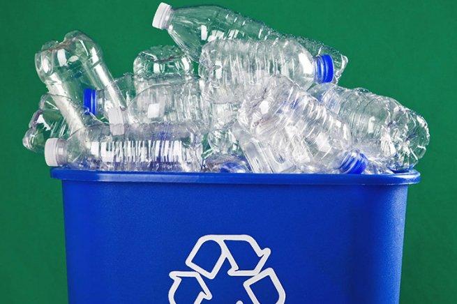Пластиковые бутылки в ведре