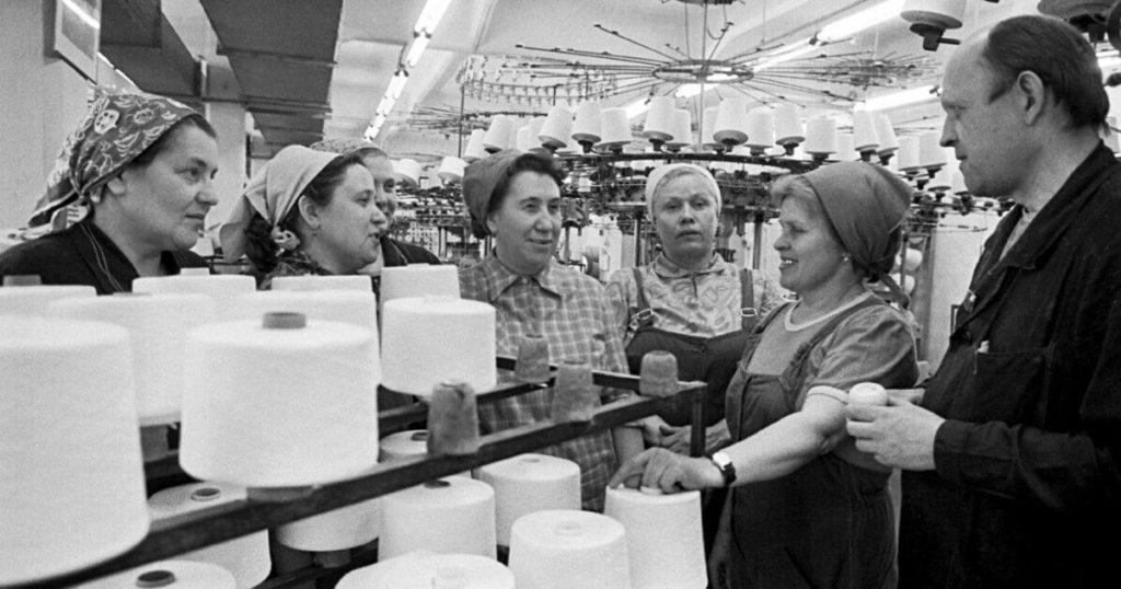 Советское фото фабрики туалетной бумаги