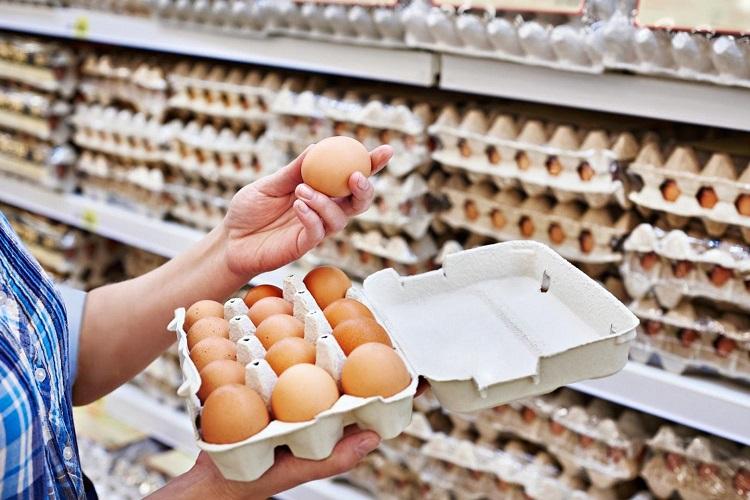 Яйца в лотке в магазине