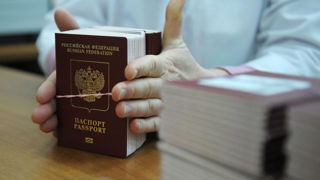 Пачка паспортов в руках