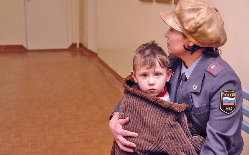 Сотрудник МВД с ребенком на руках