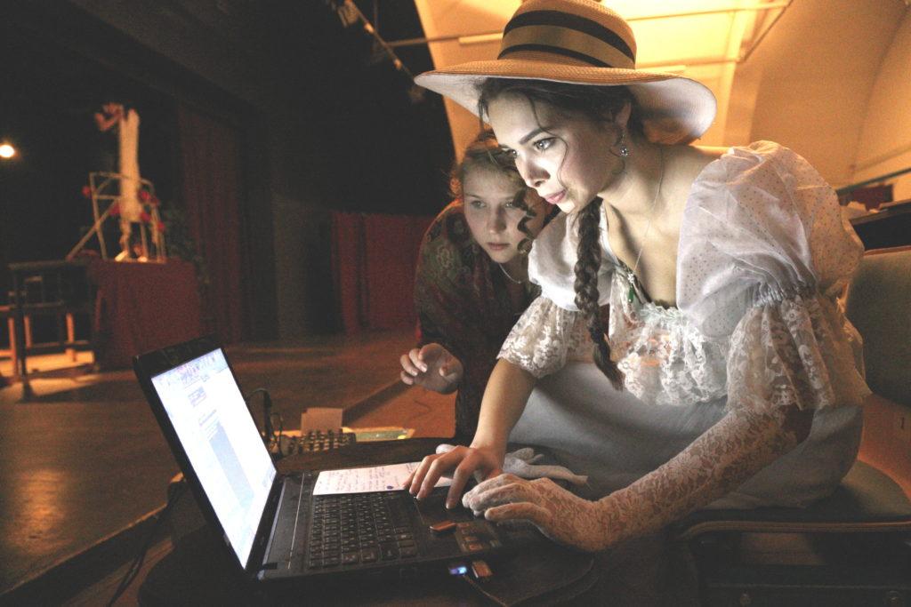 Актриса в костюме с ноутбуком