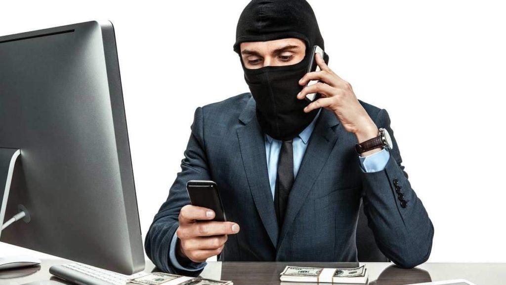 Человек в маске с телефоном