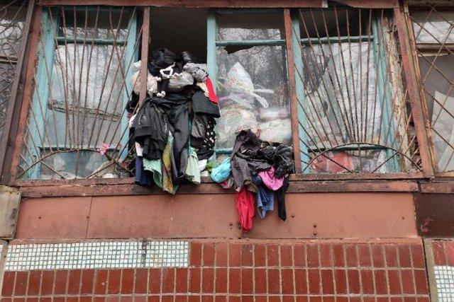 С балкона выпадают вещи