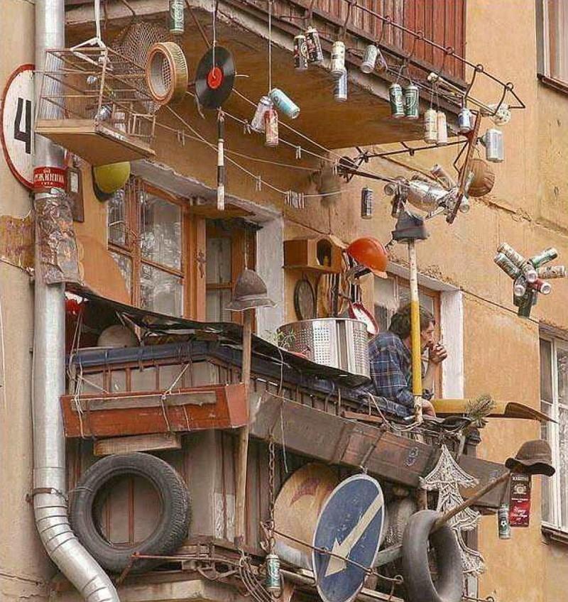 Балкон обвешен хламом