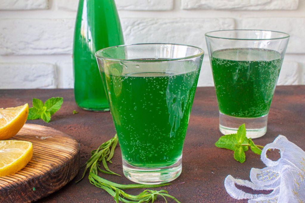 Тархун в бутылке и в стаканах