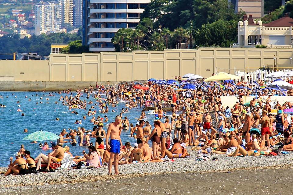 Переполненный пляж в Сочи