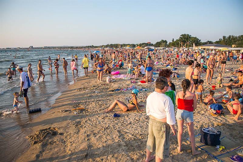 Много людей на пляже в Анапе
