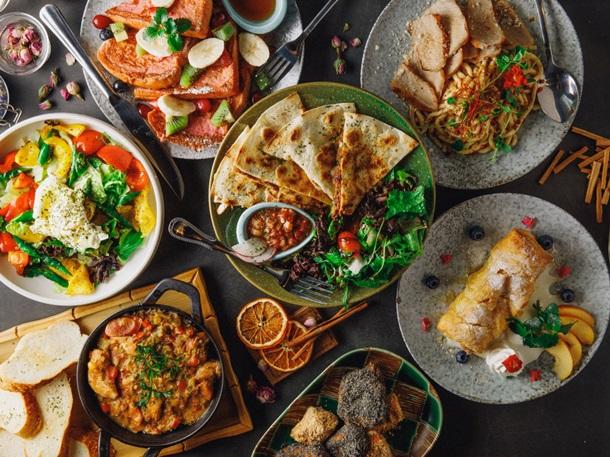 Разные блюда на столе