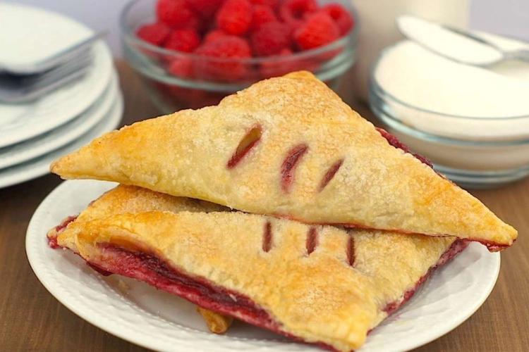 Треугольные пирожки с малиной
