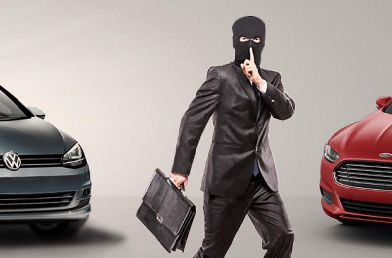 Мошенник в балаклаве с портфелем между двумя авто