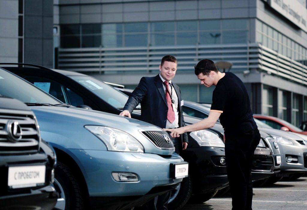 Осмотр автомобиля покупателем
