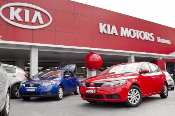 Автосалон KIA Motors и автомобили перед ним