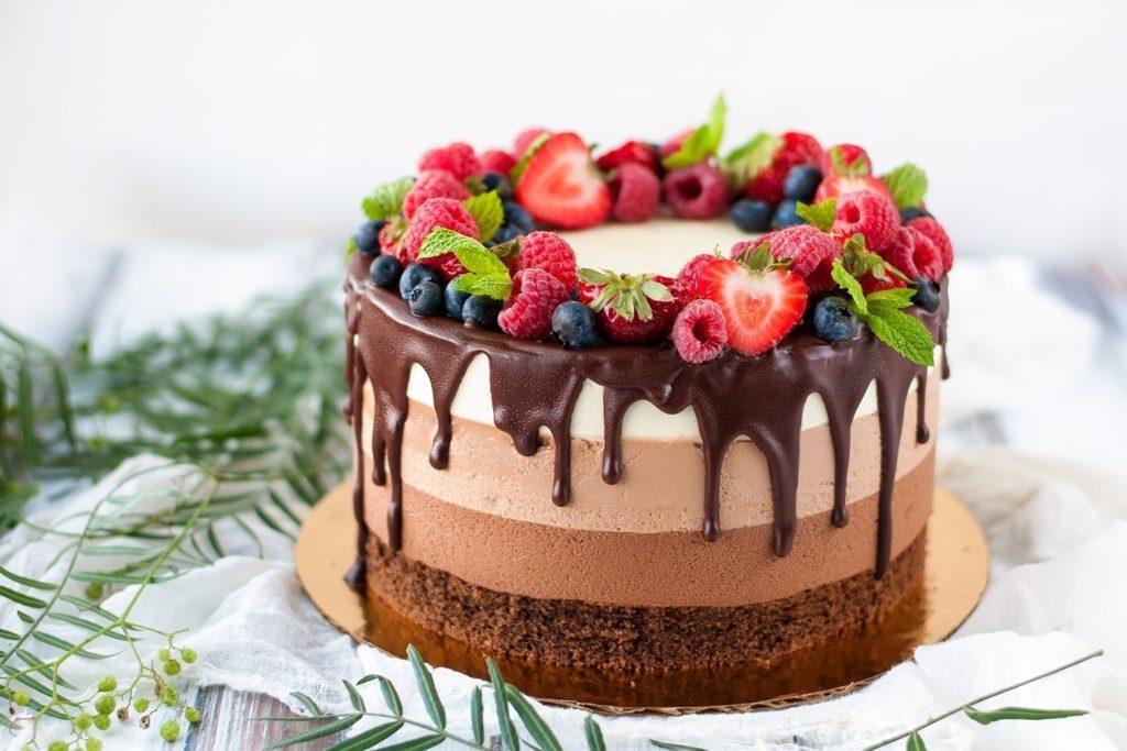 Красивый торт с ягодами
