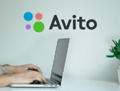 Авито и человек за ноутбуком
