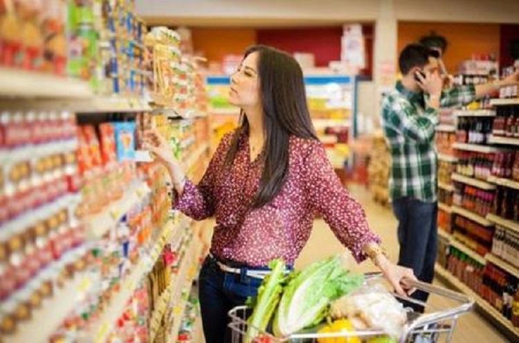 Покпательница в супермаркете