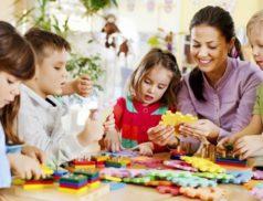 Воспитательница и дети за столом