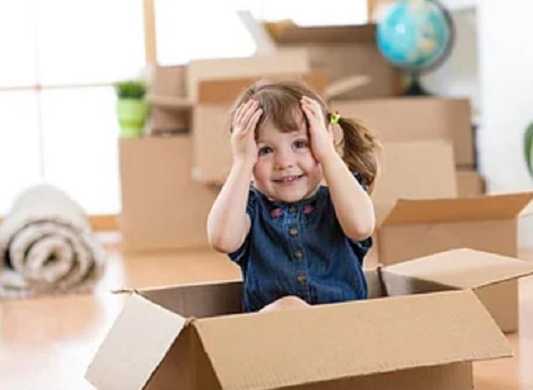 Девочка сидит в коробке