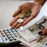 Деньги в руках и калькулятор