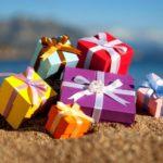 Подарочные коробки на берегу
