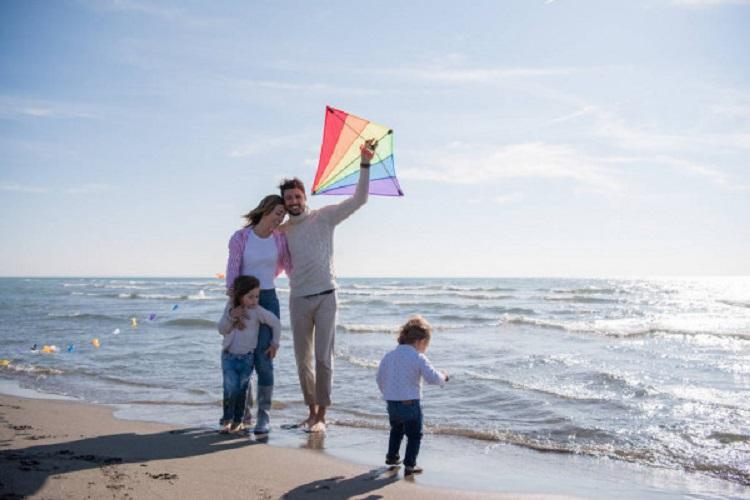 Семья с воздушным змеем у моря