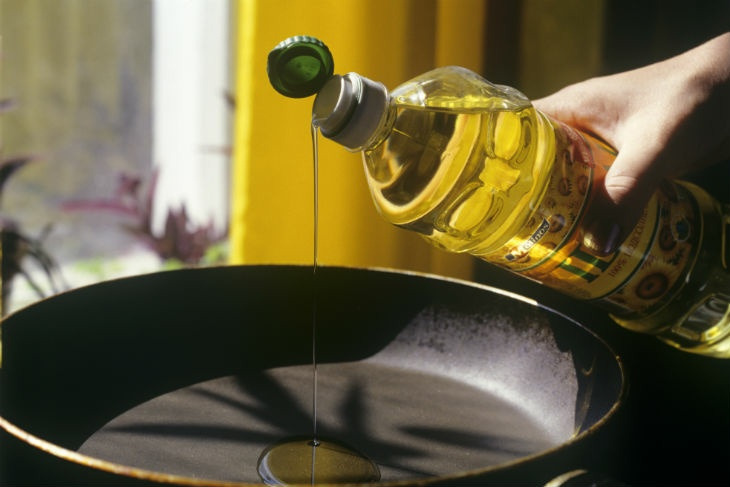 Подолнечное масло капает на сковороду
