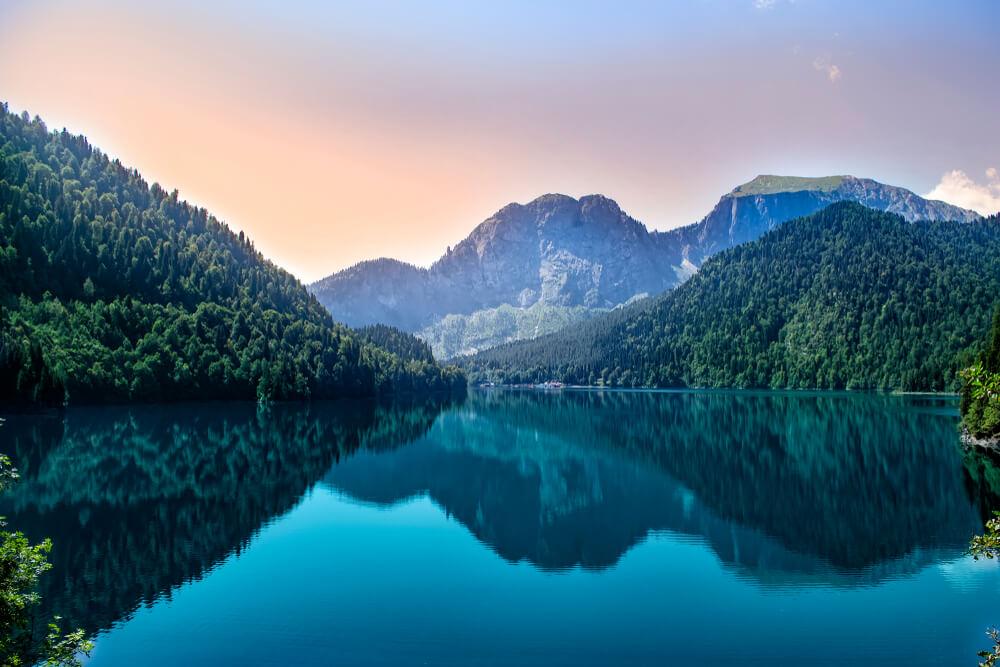 Горы и река в Абхазии