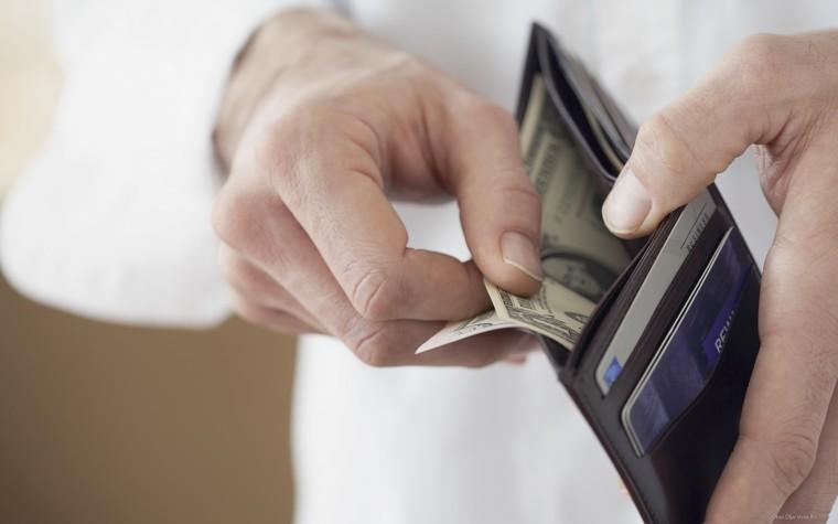 Купюры долларов в бумажнике