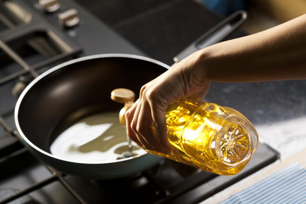 Подсолнечное масло наливают в сковороду