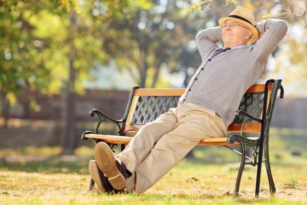 Пожилой мужчина на лавочке в парке