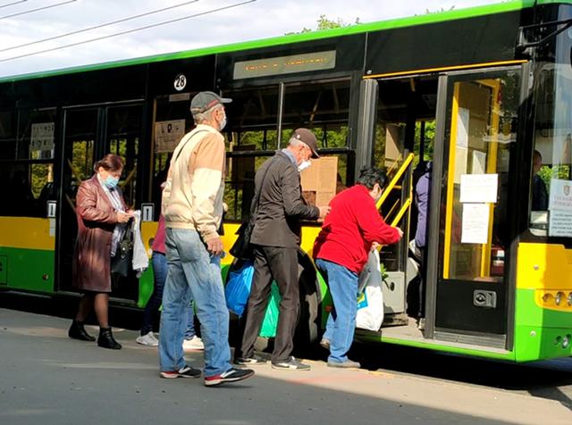 Лица пенсионного возраста в масках садятся в городской автобус