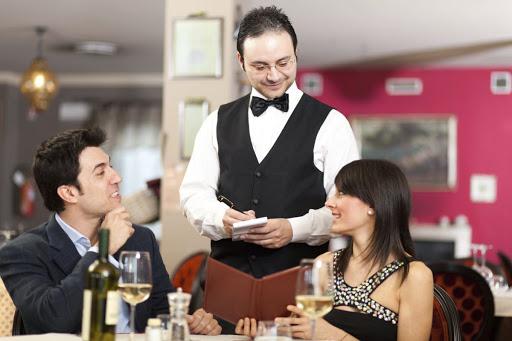 Официант принимает заказ