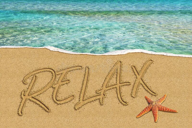 Надпись на пляже Relax