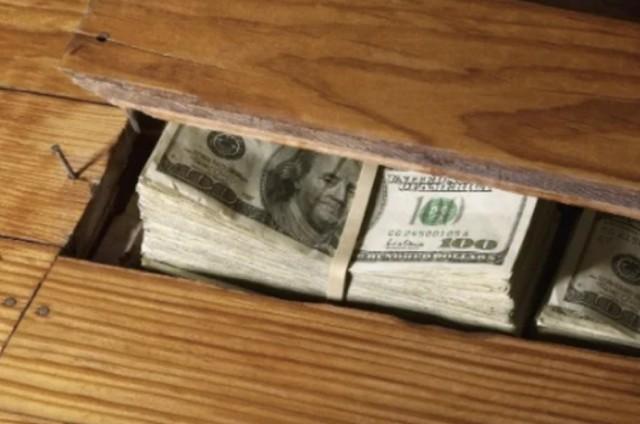 Пачка долларов под половицей