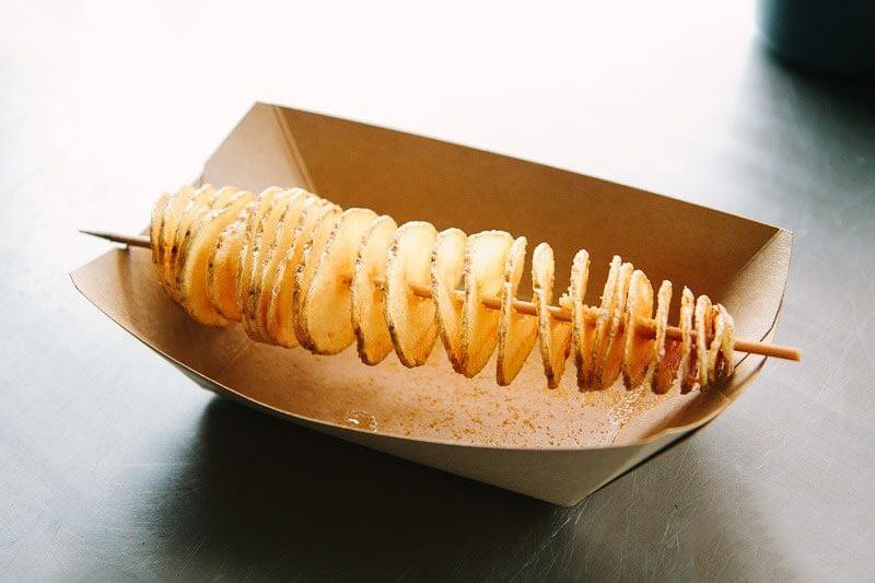 Картофельная спираль в специях на деревянной шпажке