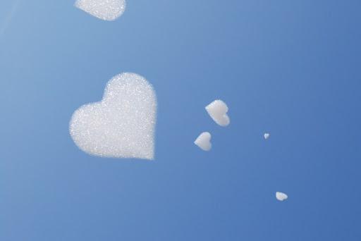 Мыльные сердечки в воздухе