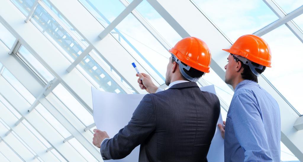 Инженеры в касках на строительном объекте