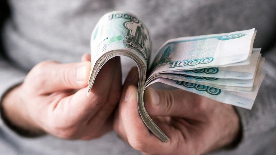 Пачка рублей в руках