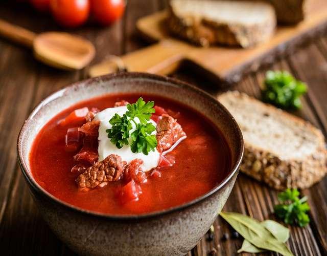 Красный борщ и хлеб