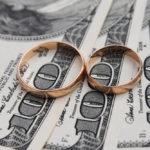 Обручальные кольца на долларовых купюрах