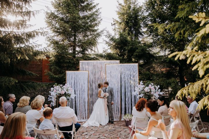 Свадебная церемония с гостями на природе