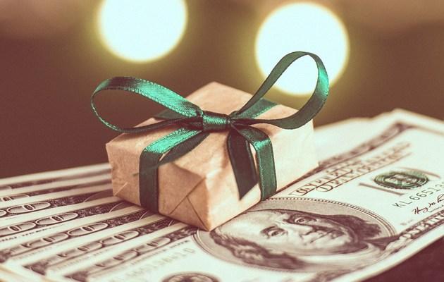 Подарочек на долларах