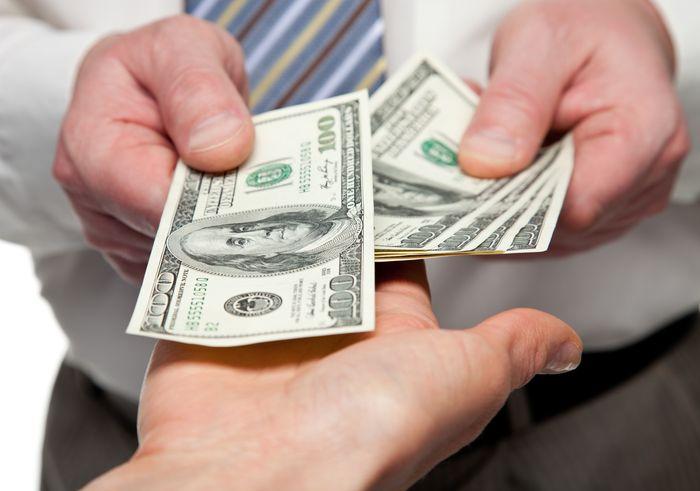 Передача долларов из рук в руки