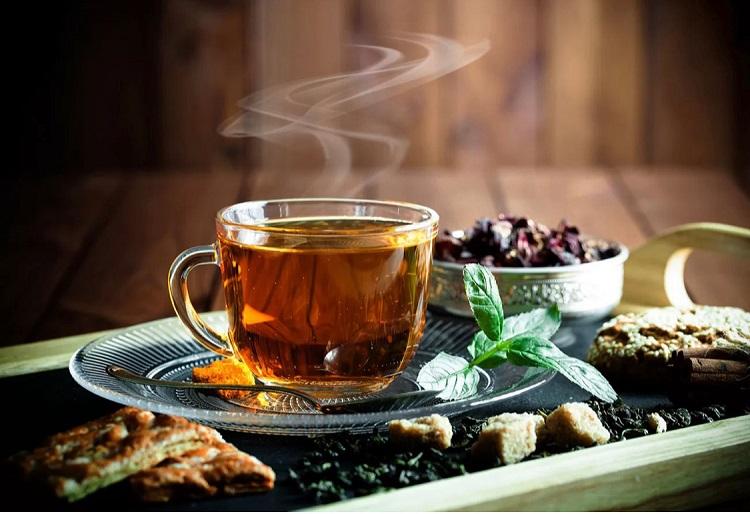 Чай в прозрачной чашке и мята