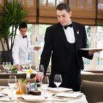 Официанты-мужчиныы в кафе