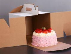 Торт в раскрытой коробке
