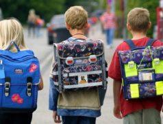 Дети идут в школу с рюкзаками