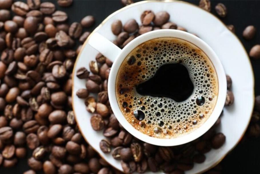 Кофейные зерна и чашка кофе