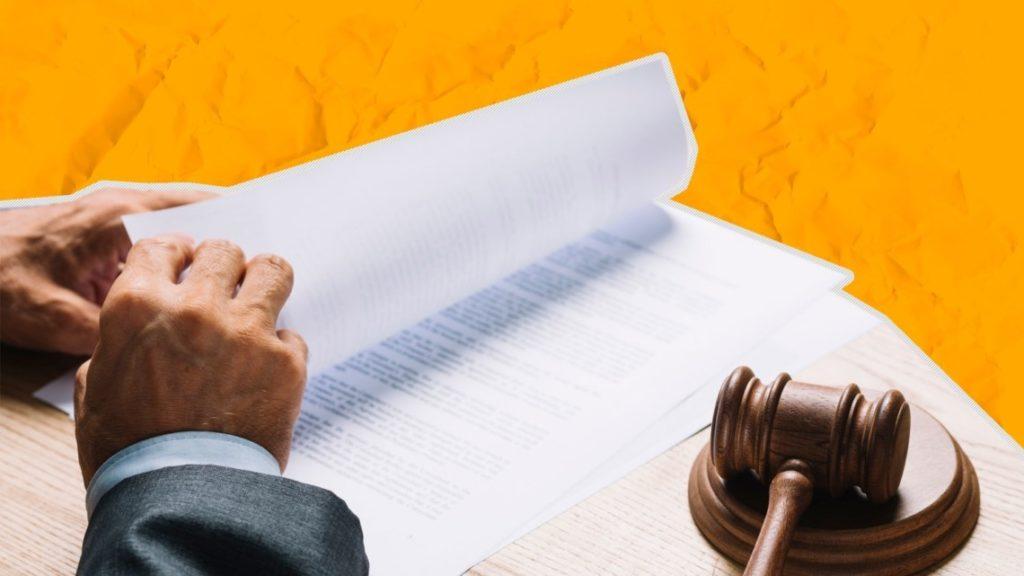 Судья, молоток и документ