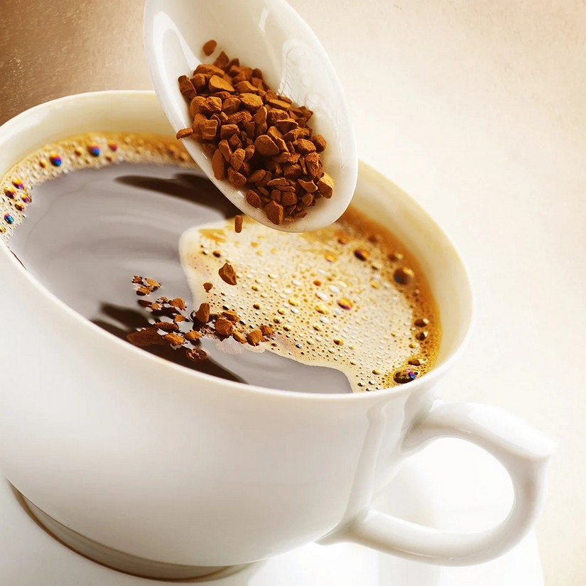 Из ложки сыплется кофе в чашку